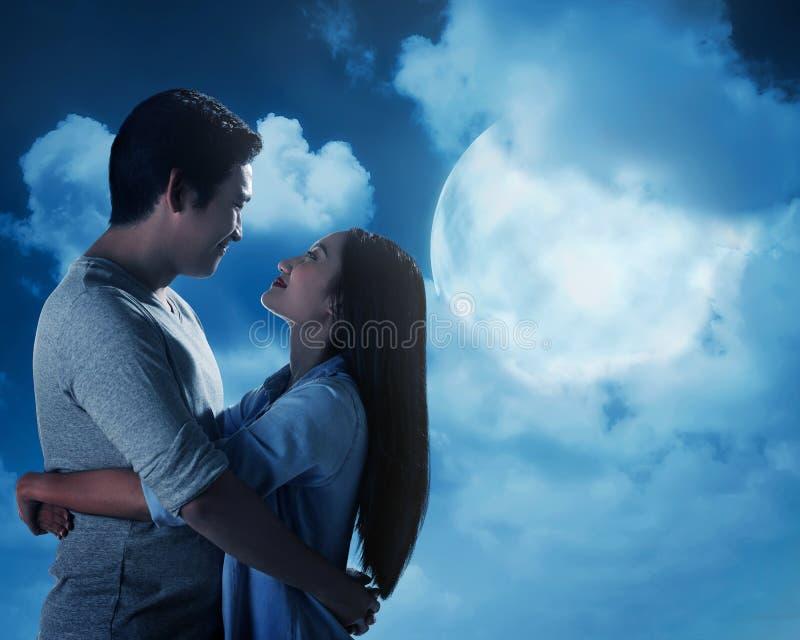 Silhouette des couples sous la pleine lune photos libres de droits