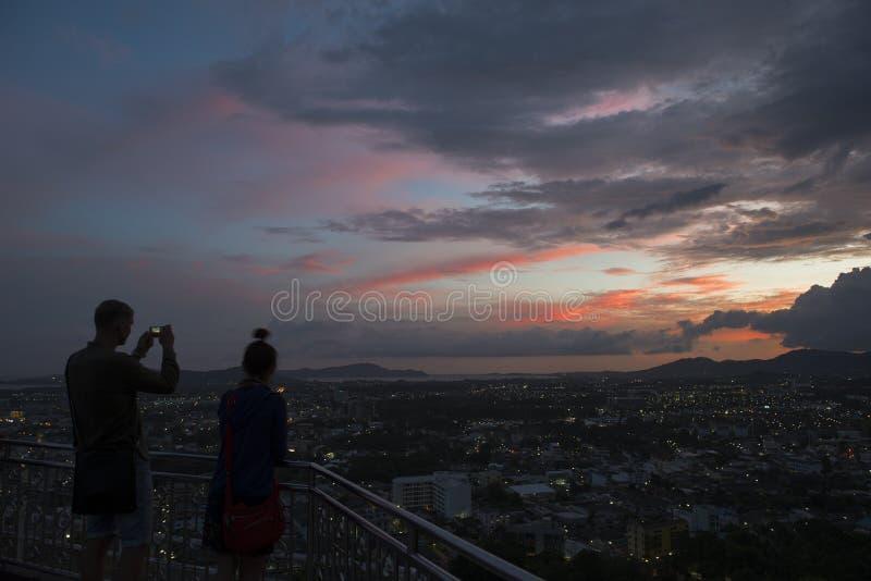 Silhouette des couples sur la colline Rang, point de vue de ville de Phuket au twil images libres de droits