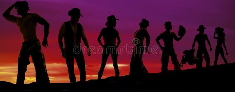 Silhouette des cowboys et des cow-girls dans une rangée photographie stock libre de droits