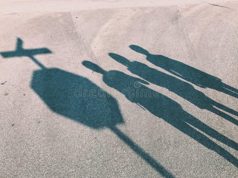 Silhouette des enfants attendant au signe d'arrêt l'autobus photo stock