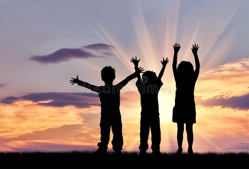 Silhouette des enfants heureux photographie stock libre de droits