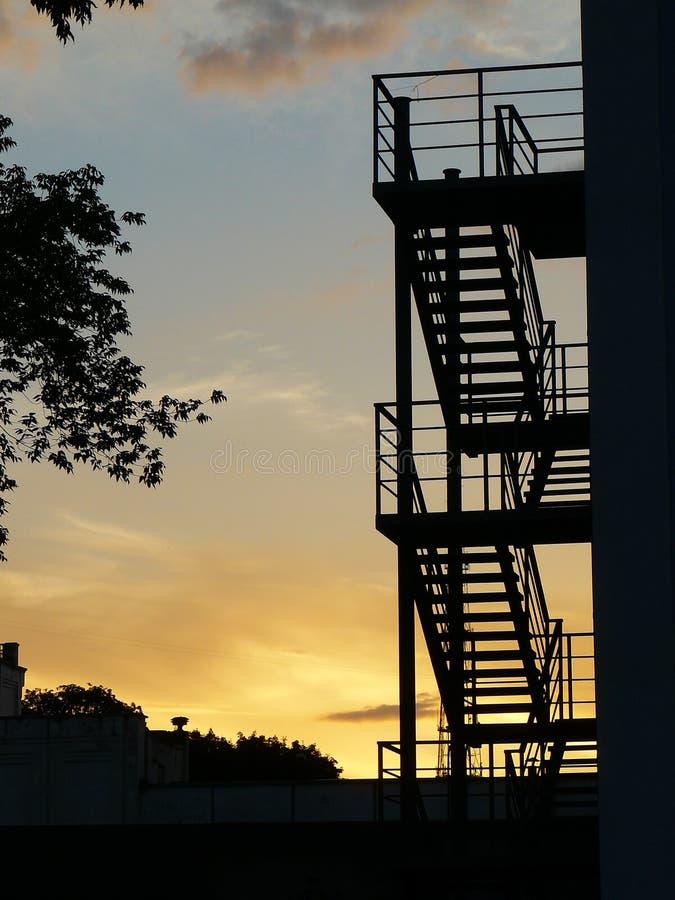 Silhouette des escaliers au coucher du soleil images stock