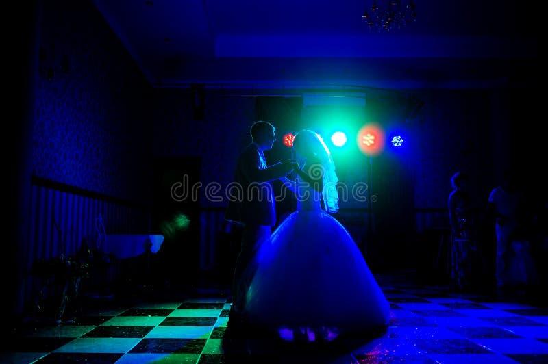 Silhouette des jeunes mariés dansant une danse lente dans le repos photos stock