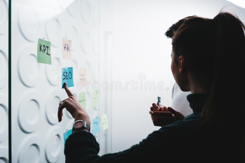 Silhouette des personnes coworking discutant des idées tout en collaborant sur le projet partageant la position créative de solut images stock