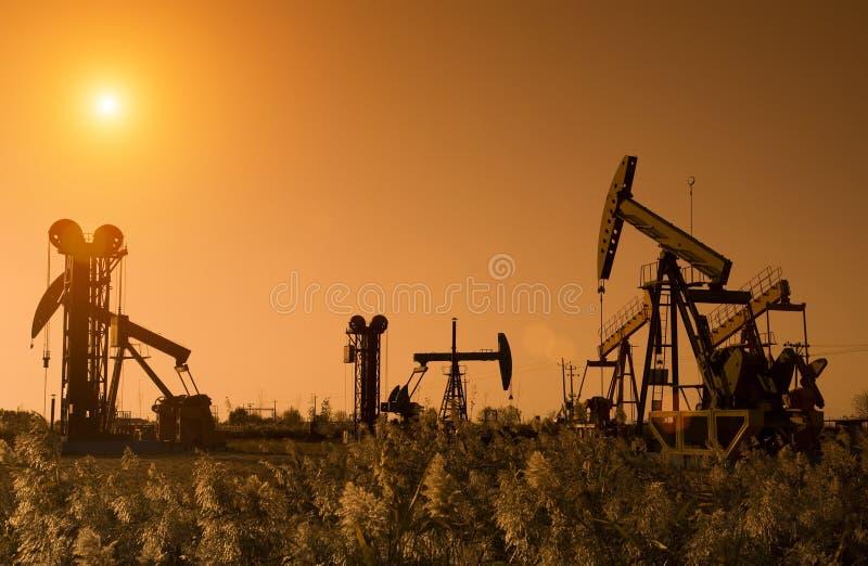 Silhouette des plates-formes pétrolières photo stock
