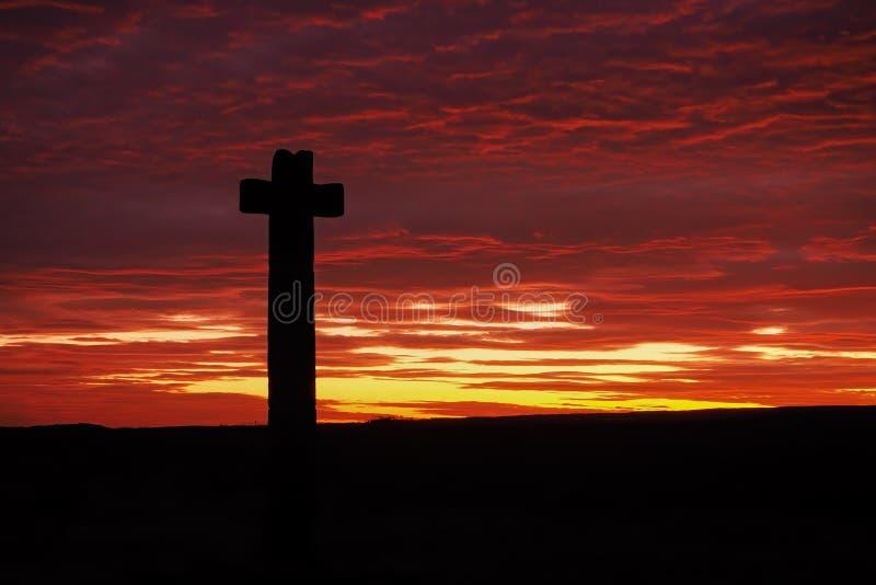Silhouette di Young Ralph Cross contro il magnifico tramonto arancione e rosso, Westerdale, North York Moors National Park fotografia stock libera da diritti