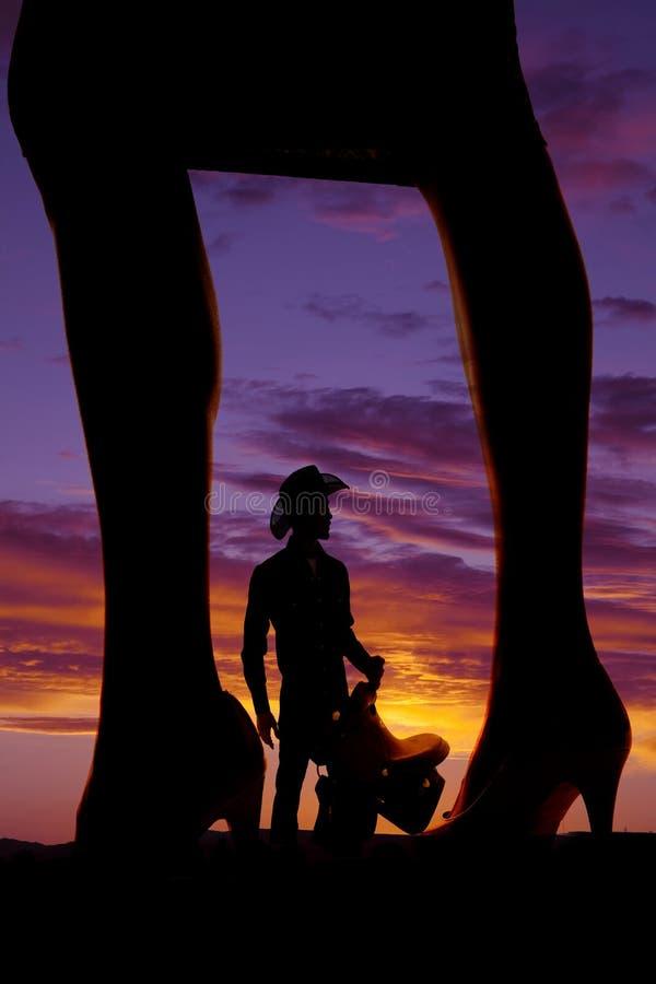 Silhouette du côté des jambes de la femme dans des talons photo stock