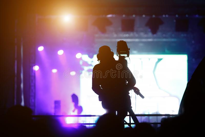 Silhouette du concert travaillant de cameraman photos libres de droits