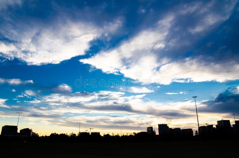 Silhouette du paysage urbain avec les nuages étonnants au temps crépusculaire image stock