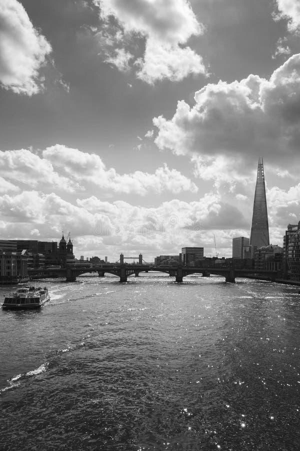 Silhouette du paysage urbain de Londres à travers la Tamise avec vue sur le tesson, Londres, Angleterre, R-U, images stock