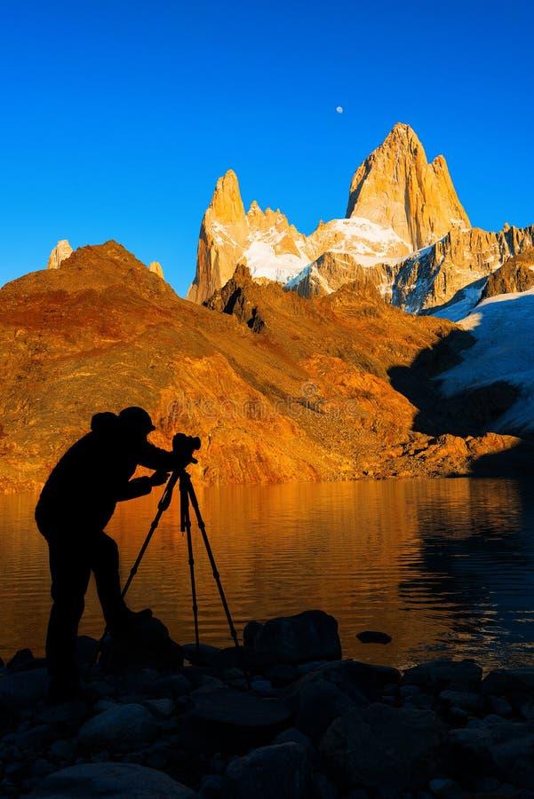 Silhouette du photographe, au bâti Fitz Roy à l'aube Patagonia argentin images stock