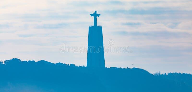 Silhouette du sanctuaire du Christ le roi dans Almada au Portugal images libres de droits