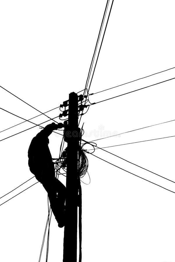 Silhouette Electricians klettert elektrische Stöcke für die Verbindung von Kabeln stockfotografie