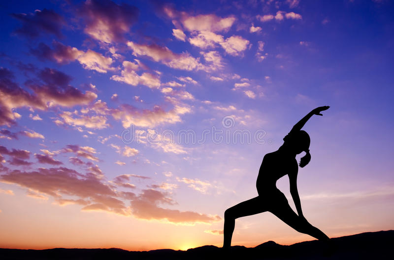Silhouette extérieure de yoga de femme photo libre de droits