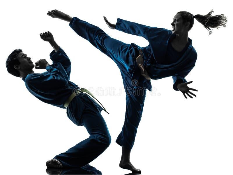Silhouette för kvinna för man för Karatevietvodaokampsportar arkivbilder