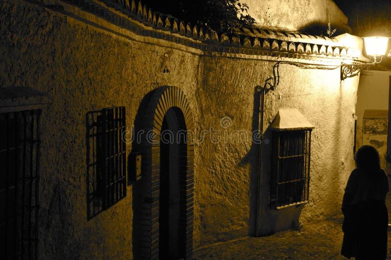 Silhouette fantasmagorique dans la ruelle photos stock