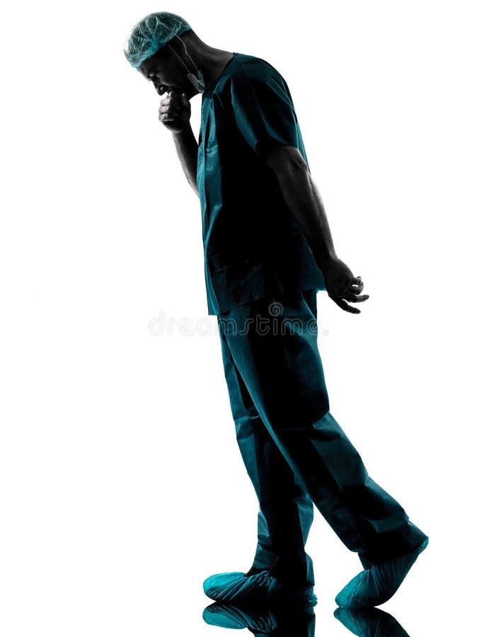 Silhouette fatiguée de fatigue de désespoir d'homme de chirurgien de docteur photographie stock libre de droits