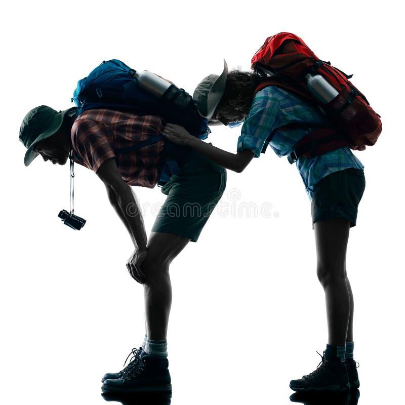 Silhouette fatiguée de trekking de trekker de couples images libres de droits
