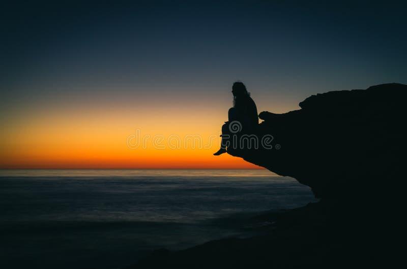 Silhouette femelle sur la plage images libres de droits