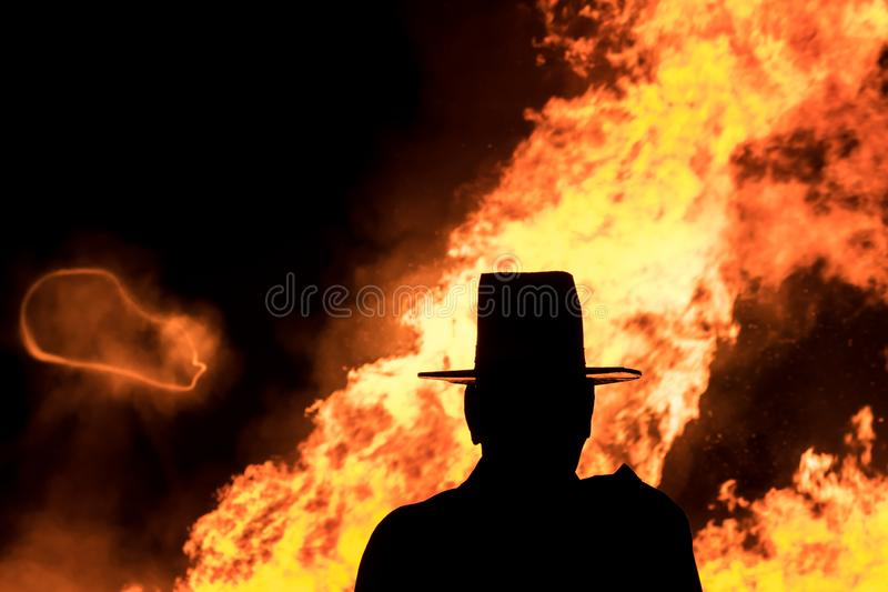 Silhouette géante devant un feu énorme photos stock