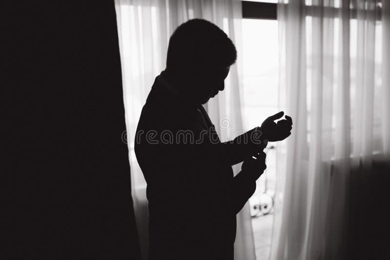Silhouette of groom no hotel pela manhã imagens de stock royalty free