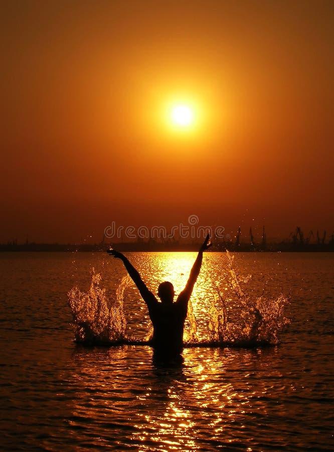 Silhouette isolée d'homme sur le coucher du soleil photo libre de droits