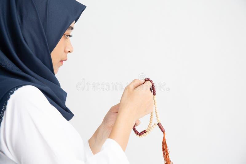 Silhouette junges Frauenmuslimgebet mit Hijab beten zu Gott Front der Landschaft Sicht Konzept für eid mubarak, Leben und Seele lizenzfreies stockfoto