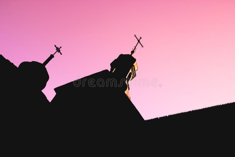 Silhouette noire d'église en bois avec des dômes et des croix sur le rouge images libres de droits