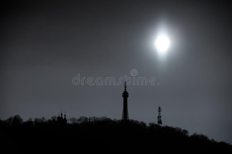 Silhouette noire et blanche de colline de Petrin à Prague, République Tchèque photos libres de droits