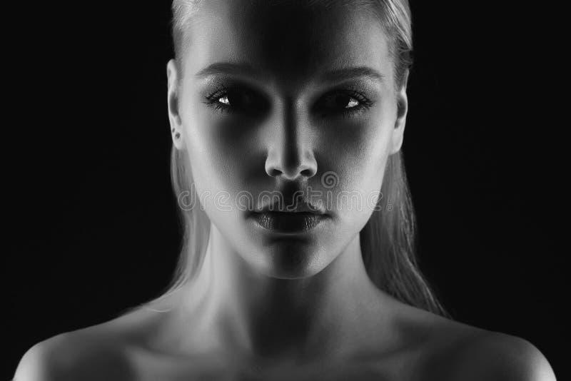 Silhouette noire et blanche de jeune femme photographie stock libre de droits