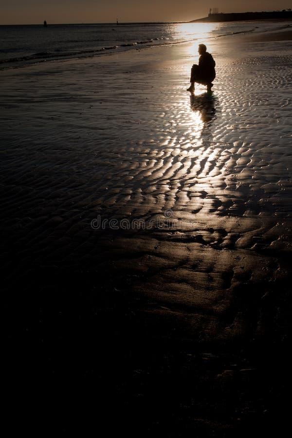 Silhouette på stranden arkivbild