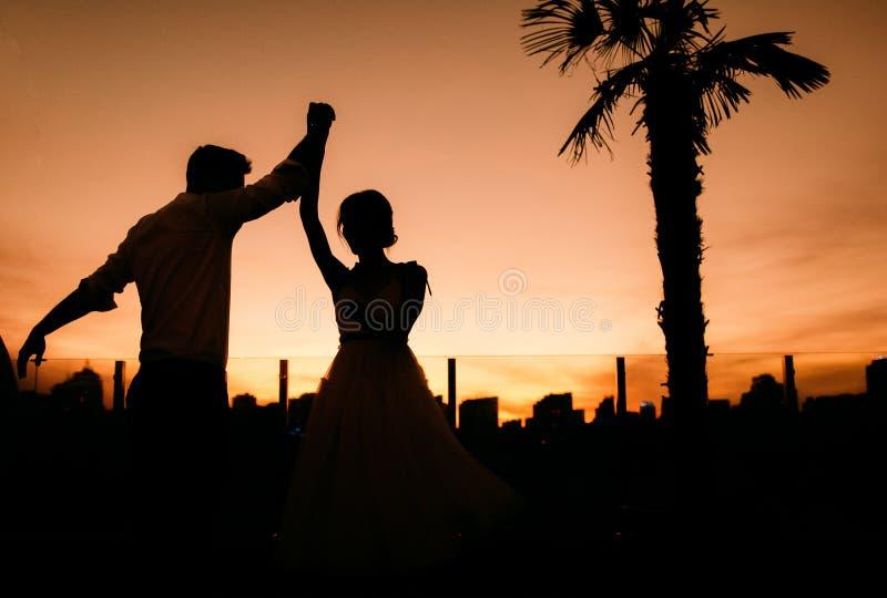 Silhouette-par älskar utanför aktivitetscen royaltyfri foto