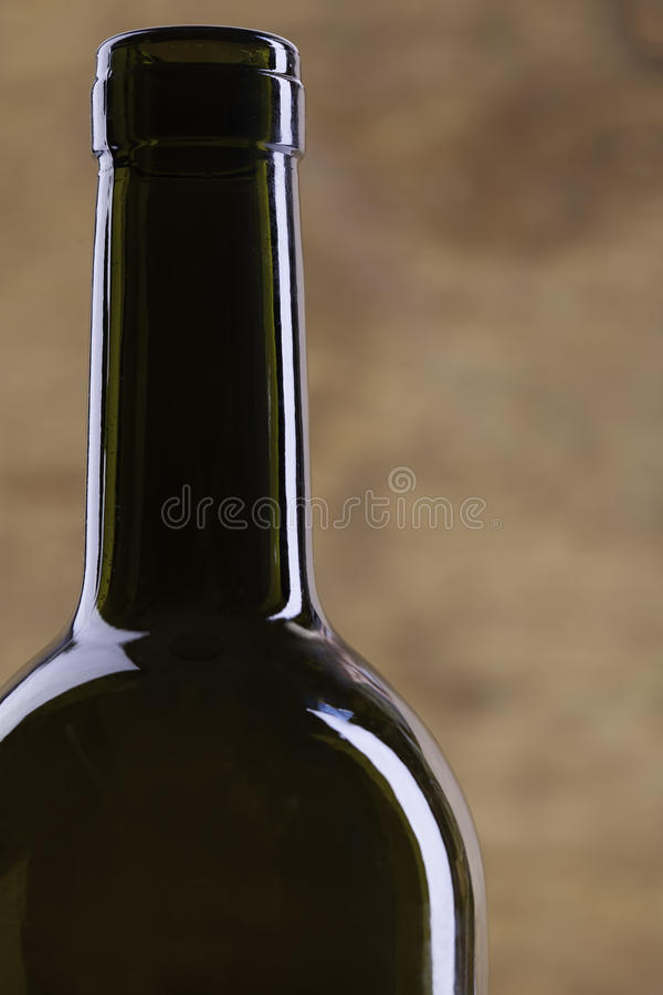 Silhouette parfaite de bouteille de vin sur le fond en bois images libres de droits
