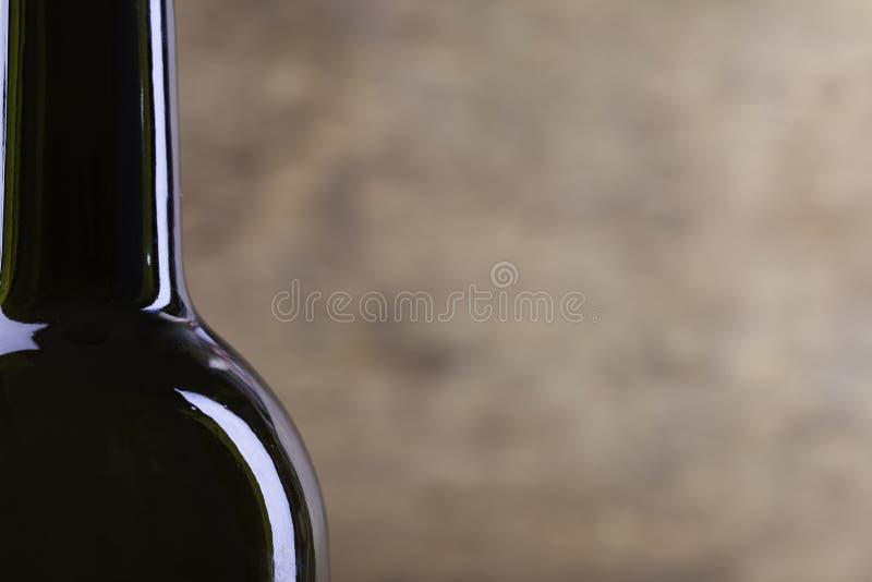 Silhouette parfaite de bouteille de vin sur le fond en bois image stock