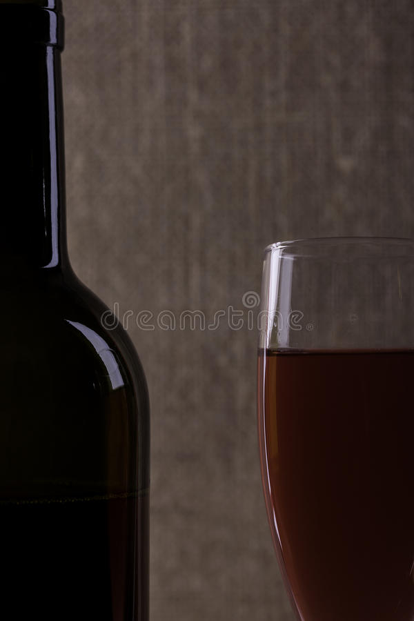 Silhouette parfaite de bouteille et en verre de vin sur le fond de tissu photographie stock