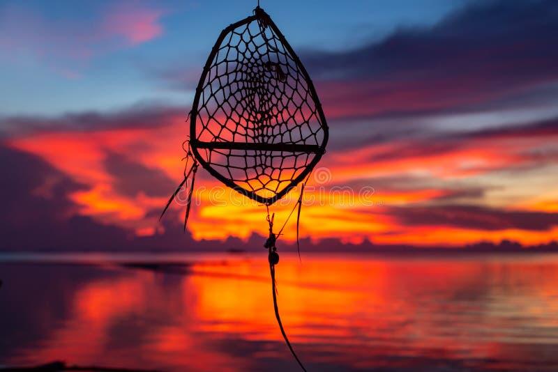 Silhouette rêveuse de receveur sur le fond coloré de coucher du soleil photo stock