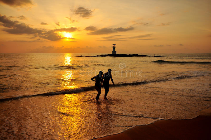 Silhouette romantic scene of couples on the beach royalty free stock photography