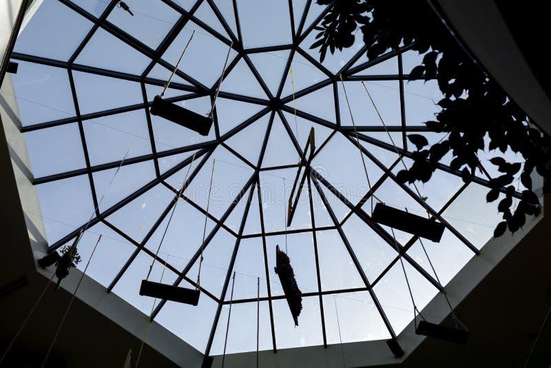 Silhouette sous un dôme en verre, ciel bleu avec la silhouette de cadre photo stock