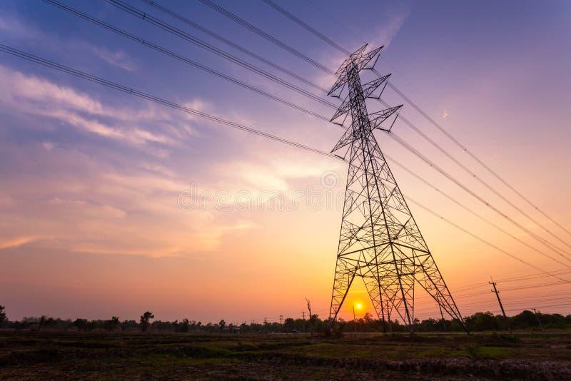 Silhouette Strom Hochspannungsmasten auf Sonnenuntergang lizenzfreie stockfotos