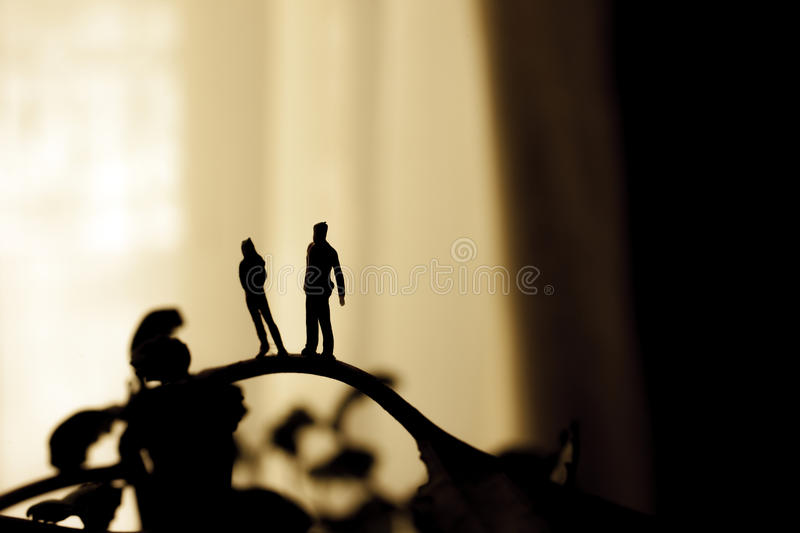 Silhouette sur un couple photos stock