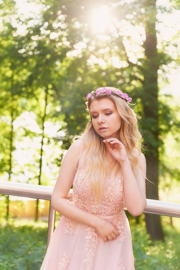 Silhouette tourbillonnant dans le coucher de soleil dans les beaux bois de la jeune mariée dans la robe de pêche avec la dentelle photos libres de droits