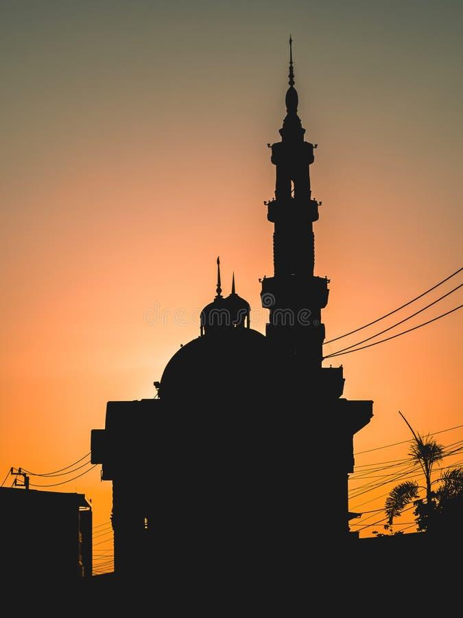 Silhouette van de moskee 's ochtends stock fotografie