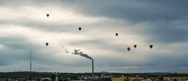 Silhouette von Heißluftballons fliegt über der Stadt Ceske Budejovice, Tschechische Republik stockbilder