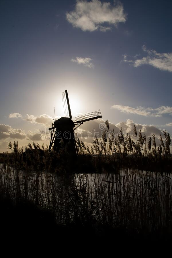 Silhouette Windmill Holland o Nederland Kinderdijk, patrimonio mundial de la UNESCO fotos de archivo