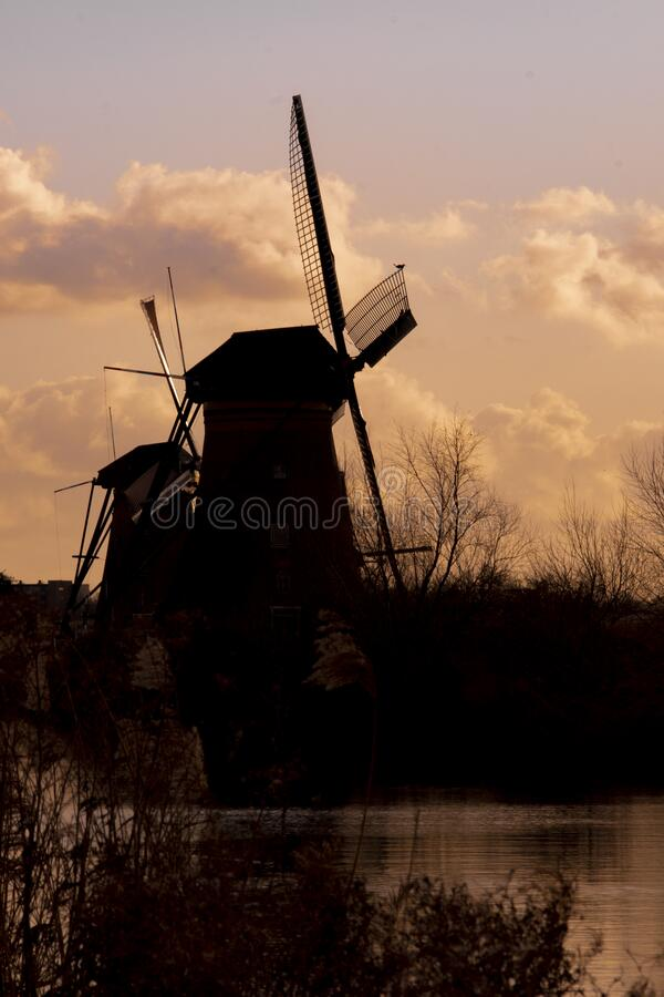 Silhouette Windmill Holland o Nederland Kinderdijk, patrimonio mundial de la UNESCO foto de archivo