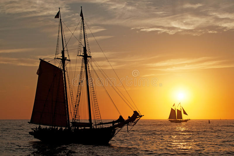 Silhouetted высокорослые корабли на Тихий Океан стоковые фото