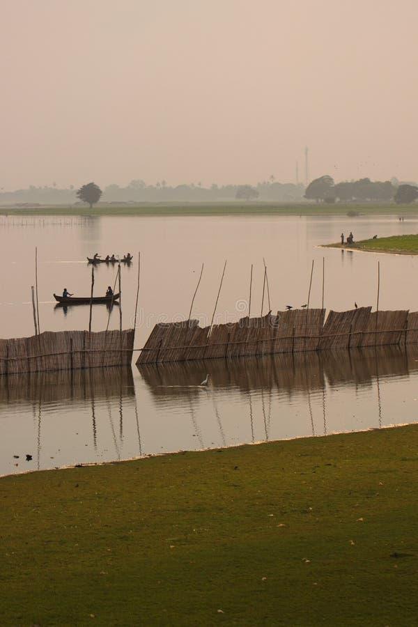 Silhouetted мост людей u Bein, Amarapura, Мандалай, Мьянма стоковые изображения