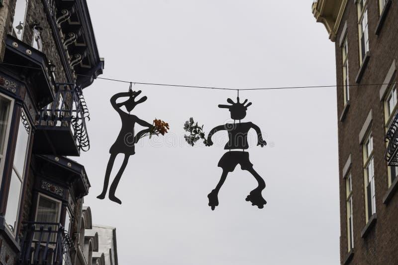 Silhouetted diagram som rymmer blommor som över hänger royaltyfri foto