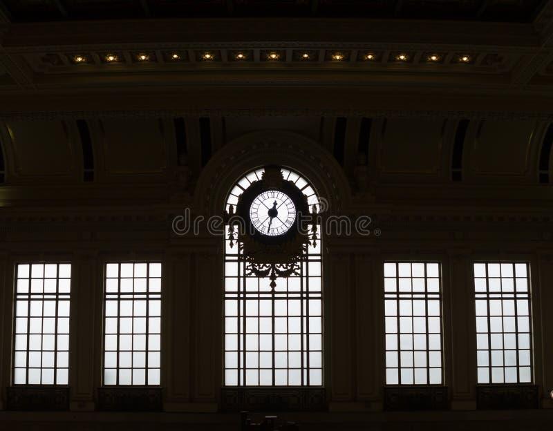 Silhouetted klocka och fönster av den historiska drevstationen royaltyfri fotografi