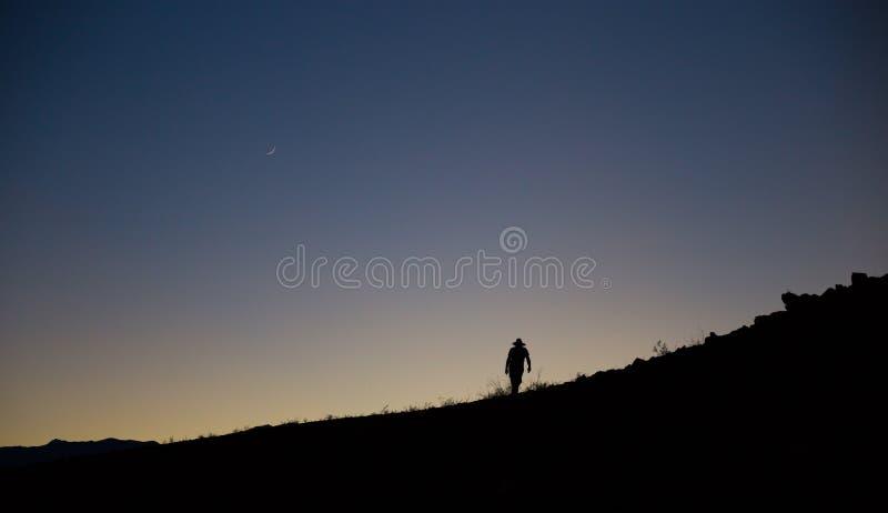 Silhouetted vandring på skivan arkivfoton